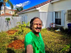 Okt. 2018 Mi plantis liĉion kaj papajon sed devis replanti similan papajon post jaro. Oct. 2018 I planted a litchi and papaya trees (but replaced the papaya (which died) a year later.